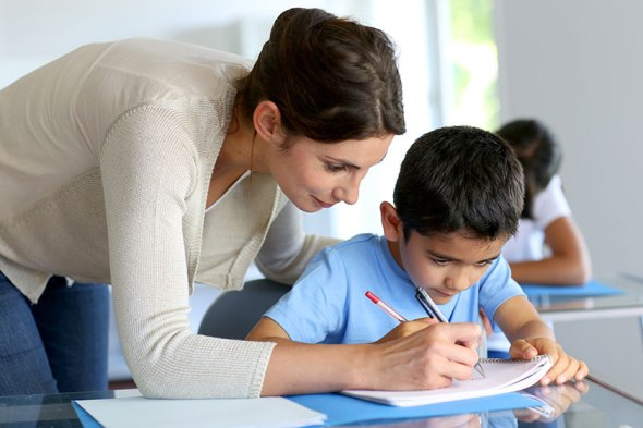 aluno-estudante-professor-professora-sala-de-aula-colegio-escola-teste-prova-tarefa-licao-goodluz-fotolia