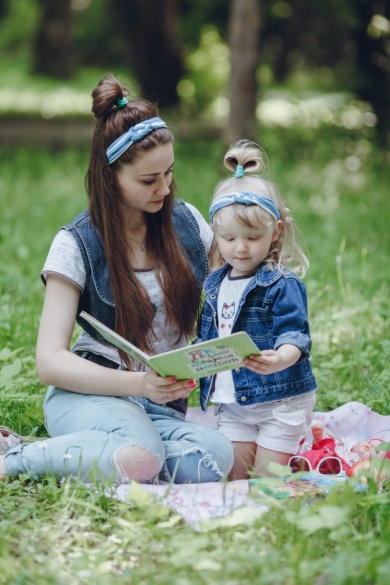 mother-and-daughter-sitting-on-the-floor-reading-a-story_1157-1433.jpg