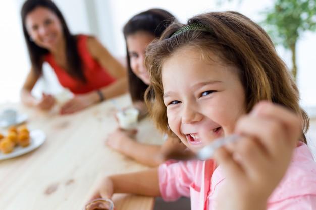 Saiba como enriquecer a comida das crianças sem dramas ou brigas àmesa