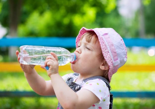 Beber água ao longo do dia é essencial para dormirbem