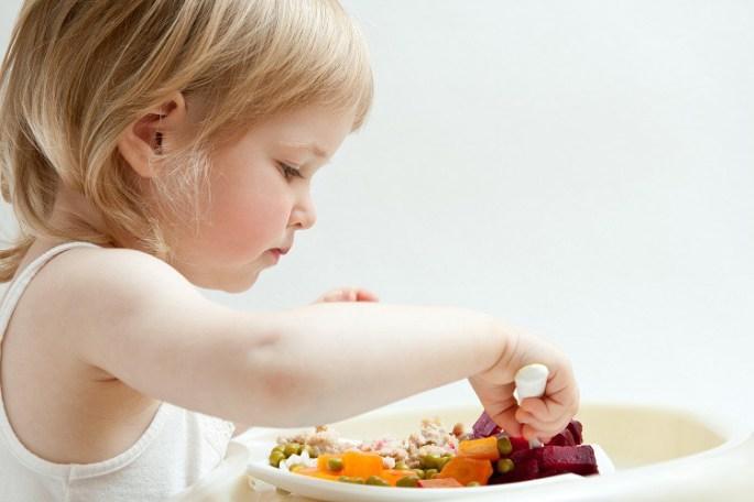 crianca-comendo