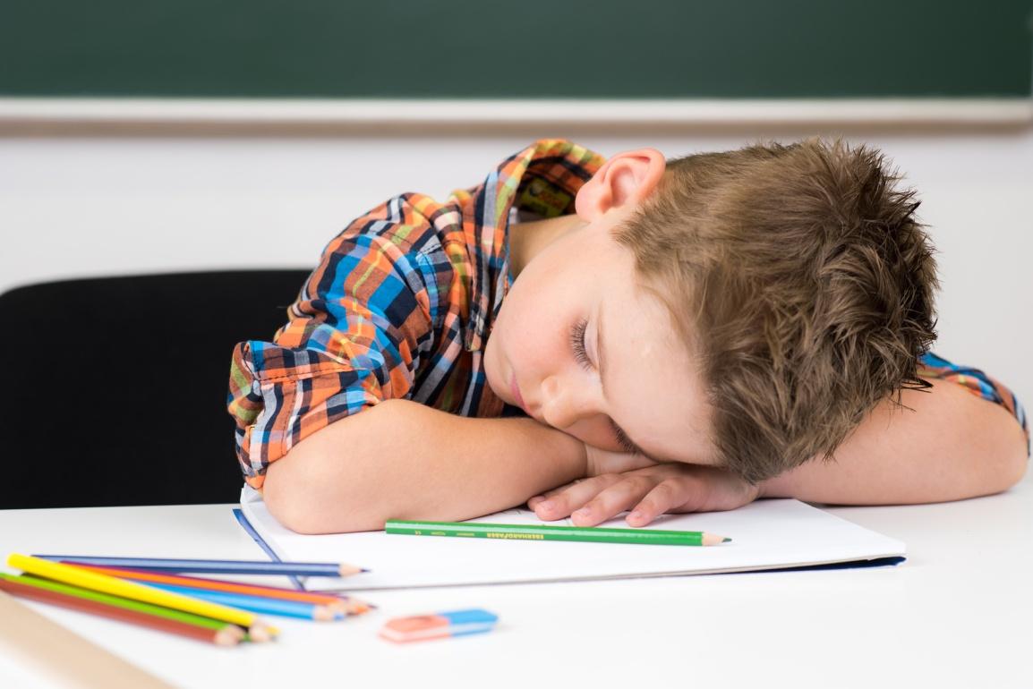 schlafendes kind in der schule